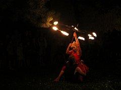 Jedna ze scének cirkusového představení pod širým nebem v Telči.