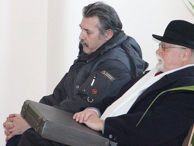 Luboš Vondrák (vlevo), přišel v lednu k prvnímu hlavnímu líčení u Okresního soudu v Jihlavě v doprovodu svého obhájce Pavla Kasala.