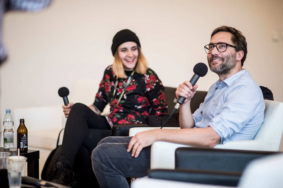 Vítězná režisérka Apolena Rychlíková diskutuje s Jiřím Havelkou.