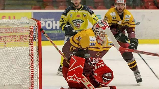 Těžká práce. Jihlavští hokejisté (v tmavších dresech) se tentokrát na výhru pořádně nadřeli.