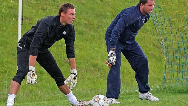 Brankářskému duu Martin Štěpanovský (vlevo), Václav Winter by měl v Jihlavě přibýt další konkurent. Po vhodném kandidátovi se však kouč FC Vysočina Luboš Urban zatím poohlíží.