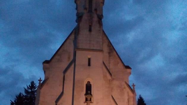 Na hřbitově. Snímek Nebezpečný svět Rajka Dolečka z dílny studentky FAMU Kristýny Bartošové se promítal v neděli večer před hřbitovní kaplí Nanebevstoupení Páně na jihlavském ústředním hřbitově.