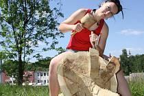 Kateřina Kratochvílová (na snímku) zatím má hotové jen nožičky. Výsledkem bude beruška na zádech.
