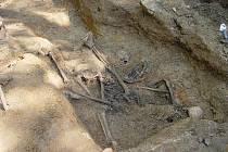 Nejprve objevili archeologové u Dobronína botu s kostí, ve středu přibyly dvě lebky a kosterní pozůstatky dvou těl.