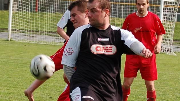 Souboj o třetí místo vyhráli fotbalisté Pelhřimova. Tři body na domácí půdě jim zařídil proměněnou penaltou z 80. minuty zápasu Martin Vaněk (v popředí).