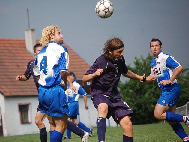 Janovičtí fotbalisté (ve světlém u míče Petr Tržil a Tomáš Reiterman) mohli po nedělním utkání v Pacově (4:1) povolit uzdu emocím a zaslouženě oslavit postup do krajského přeboru.
