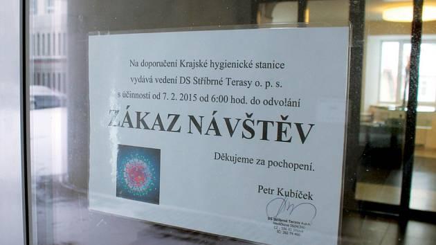 Na doporučení Krajské hygienické stanice Jihlava se koncem minulého týdne zavřel Domov pro seniory ve Stříbrných Terasách. Na zákaz upozorňují vyvěšené cedule.