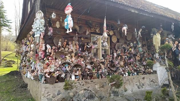 Výlet, který děsí. Dům oběšených panenek ve Rváčově na Hlinecku.