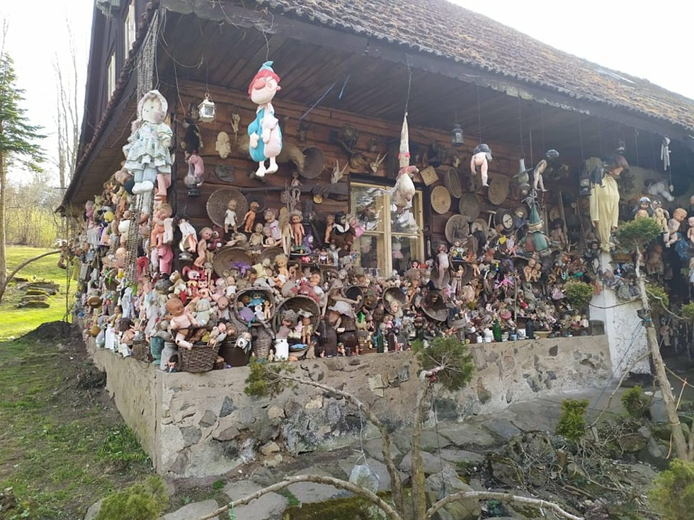 Výlet, který děsí. Dům oběšených panenek ve Rváčově na Hlinsku.