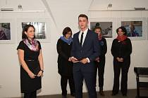 Vernisáž výstavy ve vstupní síni telčské radnice. Vpravo student a autor fotografií Jakub Hejl, vlevo učitelka Barbora Čermáková.