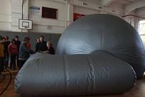 Do nafukovacího planetária, které má 9 metrů na délku a 4 metry na výšku, se vejde až 20 lidí.