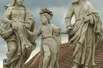 Vzkaz. Sousoší svaté rodiny, které obyčejně zdobí Svatoanenskou ulici v Telči, nyní restauruje Daniel Chadim v ateliéru. A díky tomu se pod podstavcem sousoší našlo osmdesát let staré poselství.