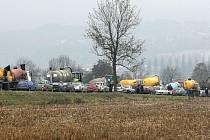 Z pole u Puklic kolona aut a traktorů vyrazila k Jihlavě. V ulicích krajského města zhoustl kvůli protestu zemědělců provoz.