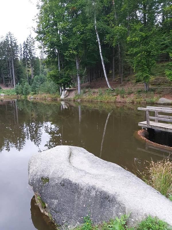 Rozhledna u Jakuba poblíž Valtínova v České Kanadě nabízí návštěvníkům také vycházku k zajímavé kaskádě rybníků zakončenou u skalního útvaru nazvaného Ďáblova prdel.
