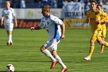 Marně naháněli jihlavští fotbalisté hráče Baníku ve vzájemném utkání dvacátého osmého kola Gambrinus ligy. O záchranu bojující domácí hráči byli ve všem minimálně o krok napřed, stejně jako na snímku Jihlavanům prchají bek Ondřej Sukup.