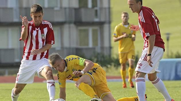 Z plné přípravy šli do vzájemného utkání hráči FC Vysočina (ve žlutém) a Viktorie Žižkov. V bojovném utkání, hraném v Třebíči, nedokázal ani jeden ze soupeřů skórovat, a tak se zrodila nepopulární bezbranková remíza.
