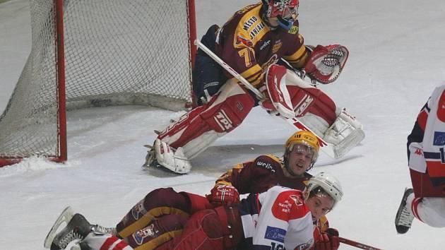Hokejisté Jihlavy a Havlíčkova Brodu si to spolu rozdají tentokrát ne na ledě, ale na fotbalovém trávníku ve Štokách.