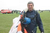Zkušený parašutista Jan Šturc se o víkendu spustil z nebe v rámci Horáckého leteckého dne.