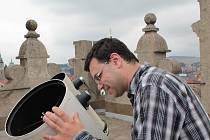 Na srpnové obloze je k vidění řada zajímavých objektů. Pouhým okem jsou viditelné planety od Merkuru až po Saturn. Pozorování z jihlavské věže brány Matky Boží doprovází předseda Jihlavské astronomické společnosti Miloš Podařil.