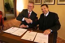 Partnerství Jihlavy a nizozemského Purmerendu bylo stvrzeno podpisem primátora Jaroslava Vymazala (vpravo) a starosty Dona Bijla.