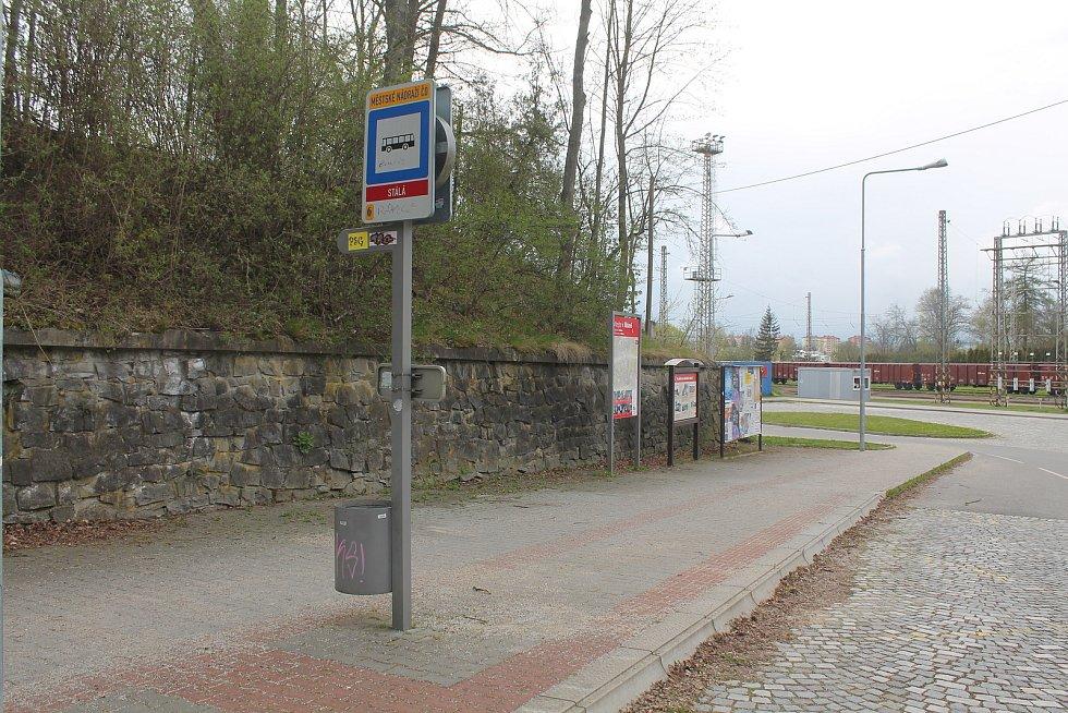 U vlakového městského nádraží přístřešek pro cestující MHD chybí. Jihlava však v lokalitě plánuje Centrální dopravní terminál.