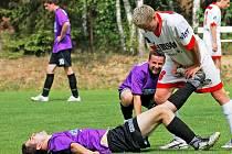 Fotbalisté Puklic (v tmavém při zápase se Stonařovem) naposledy doma prohráli s Mohelnem (0:2). Záchranu v I. B třídě tak mají v nedohlednu.
