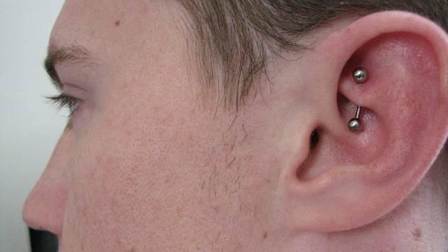 Piercing si mladí lidé dávají na různé části těla. Uši nejsou výjimkou.