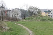 Spor o hlínu. Magistrát bude diskutovat s pardubickou stavební firmou, která sídliště stavěla, kdo srovná terén, na kterém má už několik let vzniknout chodník.
