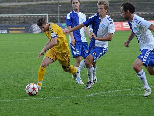 Bosenský útočník Muris Mešanovič (ve žlutém) vstřelil po svém přestupu z Jablonce pouze jednu branku v poháru. Jeho gólový čich by bylo potřeba využít také ve druholigové soutěži, ve které se Jihlavě zatím nedaří podle představ.