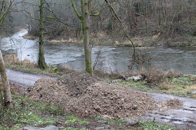 Kameny na cyklostezce nahradila obří hromada hlíny.