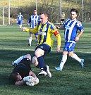 Fotbalisté Dobronína (ve žlutomodrém) se s Pacovem nepárali.