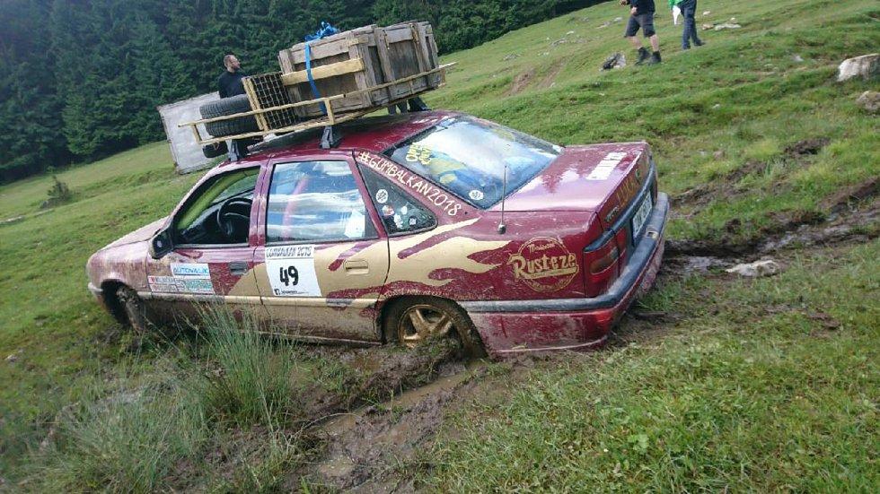 Letitý Opel Vectra musel během cesty zvládnout i pár krizových situací.