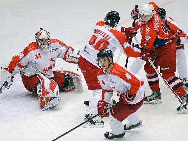 Dva a půl roku. Tak dlouho čekali hokejisté Havlíčkova Brodu (v červeném útočník David Dvořáček) na výhru v Olomouci. Včera se po výsledku 3:1 konečně dočkali.