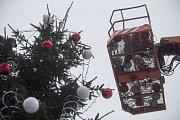 Odstrojení a odstranění vánočního stromu z Masarykova náměstí v Jihlavě.