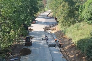 Silnice z Luk nad Jihlavou do  Kozlova nabídne už za pár týdnů pohodlné svezení, během září se ale stále ještě pracuje.