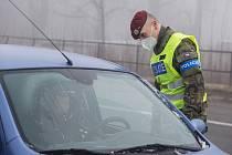 Kromě stovek policistů nově i desítky vojáků kontrolují na jižní Moravě dodržování zpřísněných protikoronavirových opatření.