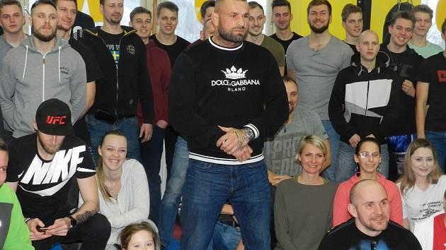 Karlos Vémola se postaral v Jihlavě o parádní seminář a zážitky. V Reborn klubu přes hodinu povídal o svém sportu a životosprávě, pak ukázal, jak trénuje.