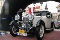 Velmi vzácný vůz Lagonda, který byl i nejcennější kus telčské rallye. Za volantem sedí  Winfried Kallinger, viceprezident evropské asociace historických vozidel.