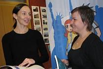 Pořadatelka Klára Lysová (vlevo) s kolegyní probírají část  z mnoha nabídek veletrhu.