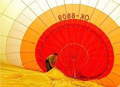 Do balonového létání se Tomáš Stejskal (na snímku) zamiloval už před osmnácti lety. O pár let později se stal pilotem. V koši už strávil na 900 hodin. Na balonovém létání ho nejvíce baví volnost.