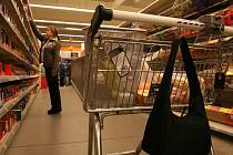 K nejčastějším okradeným patří zákazníci hypermarketu, kteří svůj košík i s taškou apeněženkou nechají bez dozoru.  Ilustrační foto.