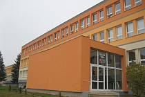 Základní škola v Kamenici je zateplená, peníze za topení šetří i nová okna.