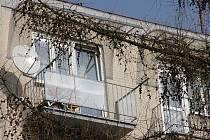 Za těmito okny panelového domu se mezi příbuznými strhla hádka. Při ní matka bodla nožem svého syna do břicha a způsobila mu těžké zranění.