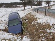 Nebezpečná zatáčka mezi Komárovicemi a Brtnicí o víkendu vytrestala čtyřiadvacetiletého řidiče cizí státní příslušnosti, který skončil s vozem v potoce.