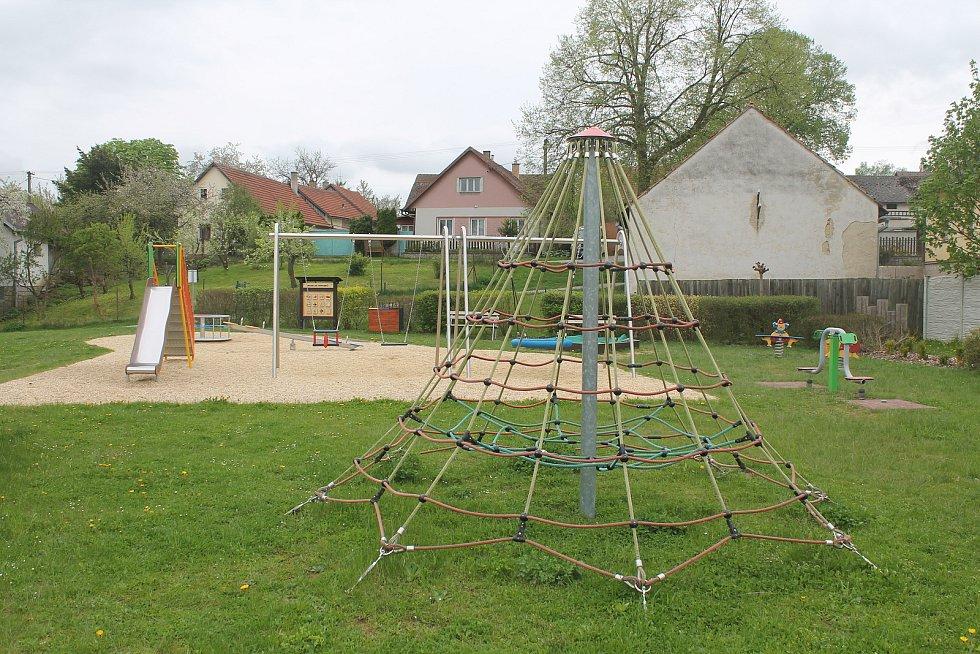 Děti i dospělí mají v centru obce  nové dětské a workoutové hřiště.