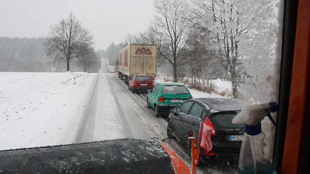 V úterý před polednem stála menší kolona aut před kopcem u Vílance.