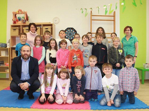Základní školu vUrbanově navštěvuje ve školním roce 2017/2018 20žáků vpěti ročnících prvního stupně. Třídní učitelkou pro všechny ročníky je Martina Kotrbová (vlevo). Žáky vyučuje také Hynek Vohoska (vlevo), který je zároveň ředitelem školy.