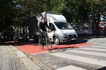 Křižovatku u pivovaru zdobí nové červené cyklopruhy. Řidiči i cyklisté si na ně teprve zvykají, v úterý pár řidičů zazmatkovalo a do koridoru pro cyklisty vjelo.