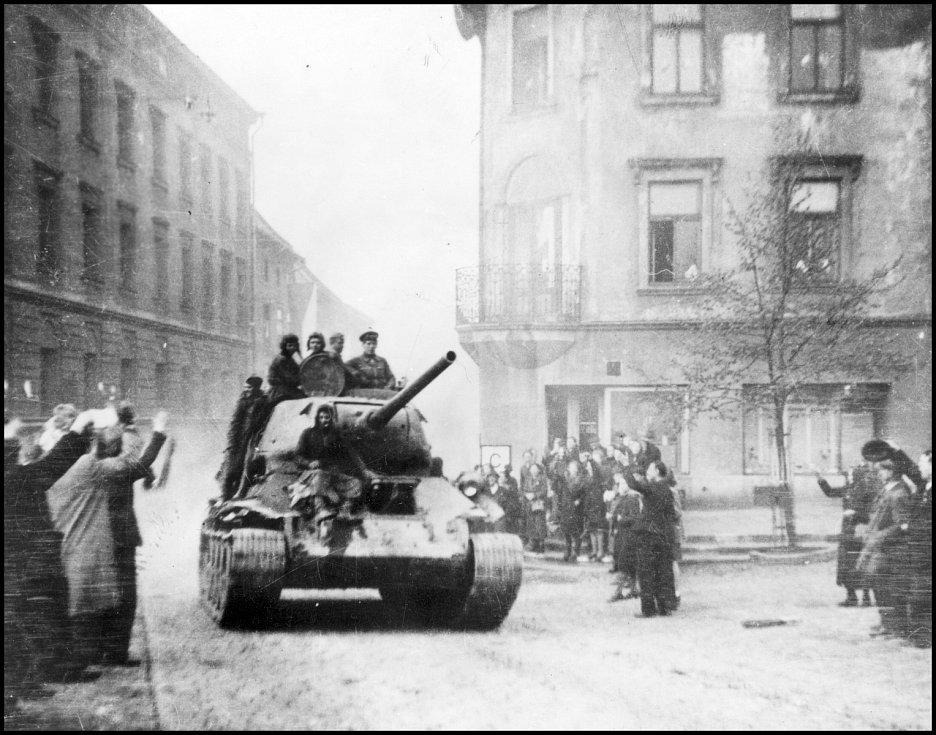 Tank Rudé armády vjíždí kolem páté hodiny ráno na jihlavské náměstí 9. května 1945 v čele kolony od Stonařova.