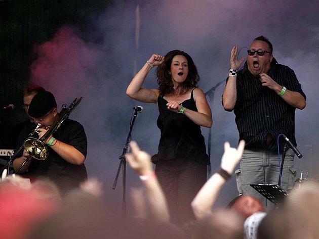 Kdo nestihl včerejší vystoupení na Sázavafestu, může energickou formaci vidět dnes v osmnáct hodin na Horním náměstí v Humpolci.